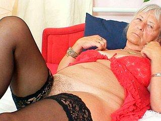 BBW Oma Red Mary behandelt ihre alte behaarte Vagina mit jungem Schwanz